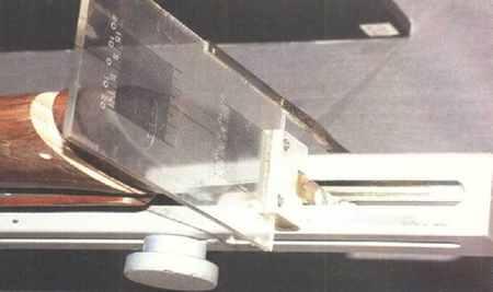 Верхняя часть стенда с прозрачными шкалами для определения бокового отвода в пятке и носке, а также питча